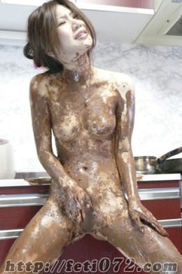 【チョコレートまみれでオナニーしてみたよー★】 ◆大好きなチョコレート◆刻んで、溶かして、体に塗って??体に塗りたくります!!!!!甘ーい臭いが部屋中に広がり、体にベタベタと舐めては塗り、見事に【まんこ】の中にもチョコを塗り込み刷り込みます!!白濁した粘度の強いマン汁がお尻の穴まで伝うくらいベタベタに溢れ、手マンしていてもチョコでグチャグチャなのか??マン汁なのか分からなくなってしまっています・・・ウェット&メッシーの甘ーい誘惑に身を染めてみませんか??